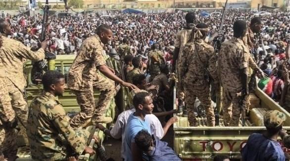 عناصر من الجيش السوداني إلى جانب مشاركين في الحراك الشعبي (أرشيف)