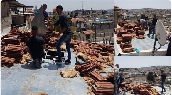 أفراد من عائلة العجلوني الفلسطينية يهدمون منزلهم بعد إجبارهم من قبل الاحتلال (تويتر)