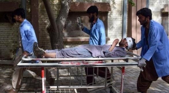 مسعفون باكستانيون ينقلون مصاباً في تفجير بمدينة كويتا (تويتر)