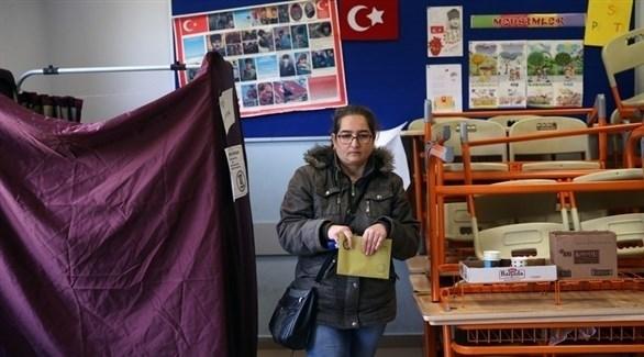 سيدة تركية تدلي بصوتها في الانتخابات المحلية (إ ب أ)