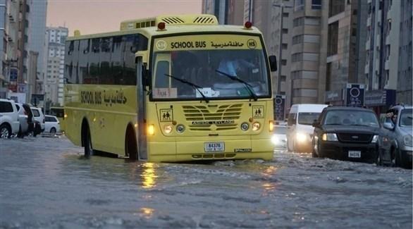 حافلة مدرسية تسير وسط جو ماطر (أرشيف)
