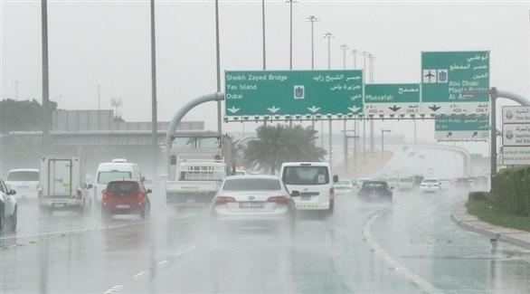 مركبات تسير في جو ماطر بالعاصمة الإماراتية أبوظبي (أرشيف)