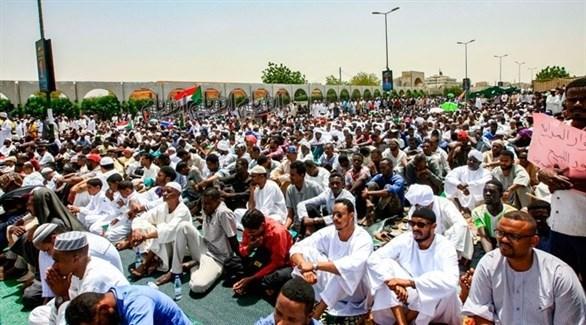 معتصمون في السودان بعد الإطاحة بعمر البشير (أرشيف)