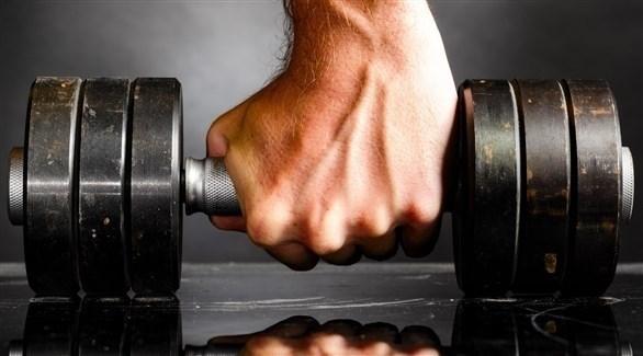 رفع الأوزان حتى ولو خفيفة يقوّي العضلات (تعبيرية)