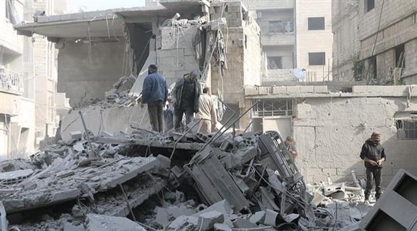 سوريون في موقع هدمه قصف نظامي (أرشيف)