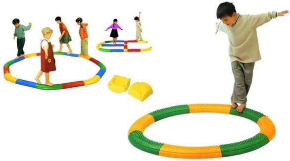 توجد عدة أشكال وألوان من ألعاب التوازن (تعبيرية)