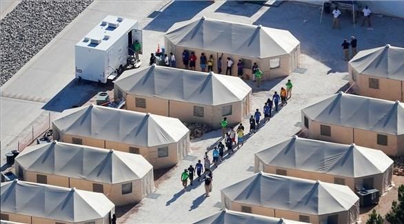 أحد مخيمات احتجاز المهاجرين على الحدود بين أمريكا والمكسيك (أرشيف)