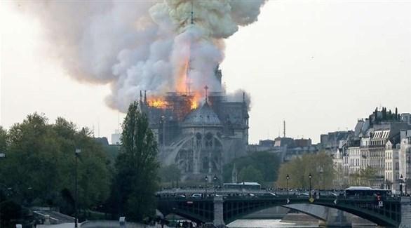 النيران تشتعل في كاتدرائية نوتردام (أرشيف)