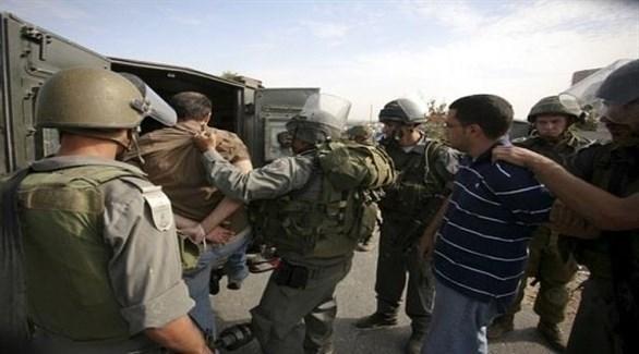 قوات الاحتلال الإسرائيلي تعتقل فلسطينين في الضفة الغربية (أرشيف)