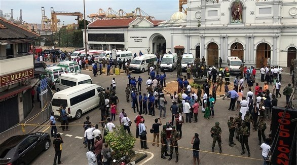 الشرطة وسيارات الإسعاف أمام أحد الكنائس التي استهدفتها التفجيرات في سريلانكا (تويتر)