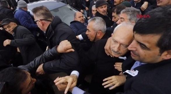 زعيم حزب الشعب الجمهوري، كمال كيليتشدار أوغلو يتعرض للضرب.(أرشيف)