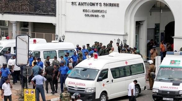 سيارات الإسعاف أمام كنيسة سان أنتوني في العاصمة كولومبو بعد هجوم الأحد (تويتر)