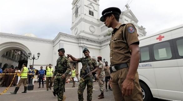 جنود سيرلانكيون أمام كنيسة سان أنتوني بالعاصمة كولومبو بعد هجوم اليوم الأحد (رويترز)