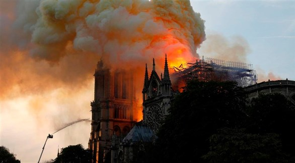 النيران تلتهم كاتدرائية نوتردام في باريس (أرشيف)