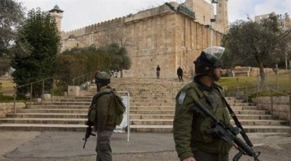 جنود من الجيش الإسرائيلي يغلقون مدخل الحرم الإبراهيمي (أرشيف)
