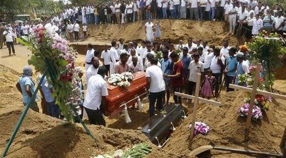 من مراسم دفن بعض الهجمات الإرهابية في سريلانكا (إ ب أ)