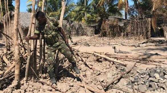 عسكري موزمبيقي في قرية أحرقها متطرفون عام 2017 (أرشيف)