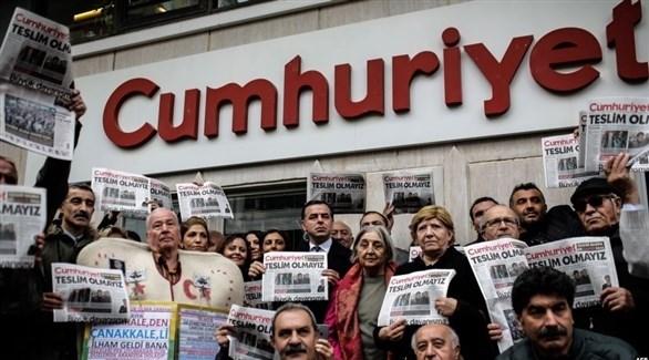 أتراك مؤيدون لصحفية جمهوريت أمام مقرها (أرشيف)