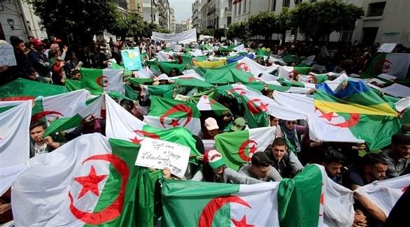 جموع من المتظاهرين في الجزائر (أرشيف)