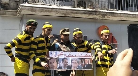 متظاهرون جزائريون يطالبون بمحاكمة رموز نظام بتوفليقة (تويتر)