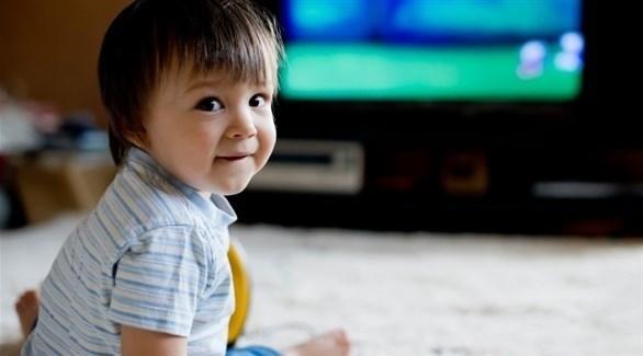 إلهاء الطفل بالتلفزيون خطأ (تعبيرية)