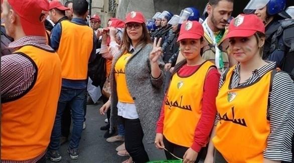 متطوعات في مجموعة السترات البرتقالية بالجزائر (تويتر)