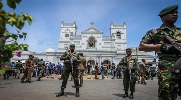 جنود سيرلانكيون أمام كنيسة سان أنتوني في كولومبو (أ ف ب)