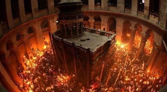 مسيحيون يحتفلون بسبت النور داخل كنيسة القيامة بالقدس (تويتر)