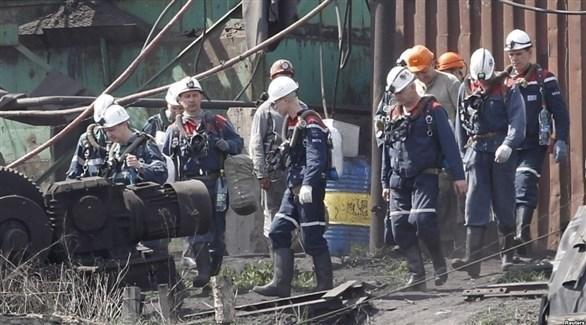 منقذون وعمال يخرجون من المنجم الذي تعرض لانفجار في شرق أوكرانيا (تويتر)