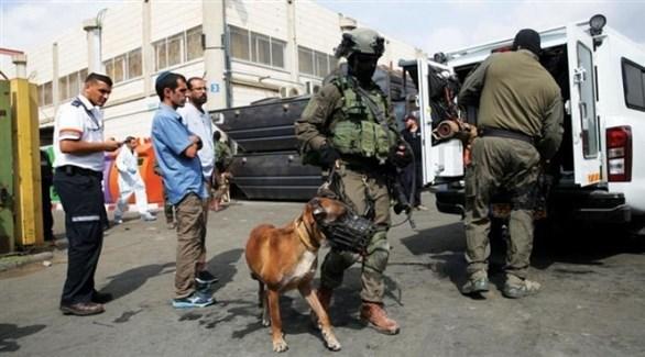 قوات إسرائيلية تفتش مركبة على معبر مع قطاع غزة (أرشيف)