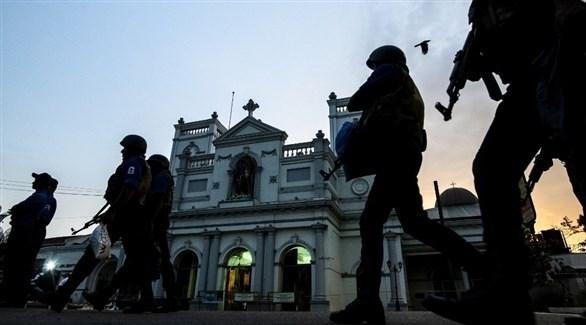 جنود سيرلانكيون أمام كنيسة سان أنتوني بالعاصمة كولومبو (أ ف ب)