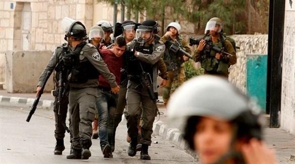 عناصر من الجيش الإسرائيلي يعتقلون فلسطينياً في الضفة الغربية (أرشيف)