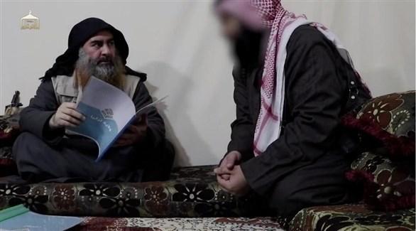 زعيم داعش أبو بكر البغدادي متصفحاً كتيب