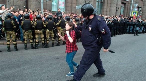 شرطي روسي بعد القبض على طفلة (أرشيف)