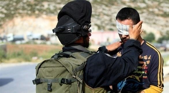 جندي إسرائيلي يعتقل فلسطينياً (أرشيف)