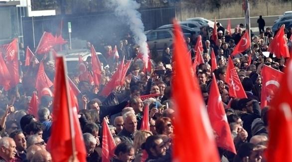 فرحة أنصار حزب الشعب الجمهوري بالفوز في الانتخابات المحلية بأنقرة (إ ب أ)