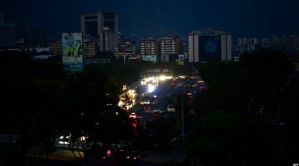 أحد شوارع كاراكاس غارقاً في الظلام بعد انقطاع الكهرباء (أرشيف)