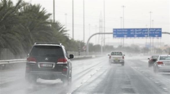 مركبات تسير في جو ماطر في أبوظبي (أرشيف)