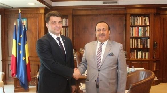 سفير الإمارات لدى رومانيا أحمد المطروشي ووزير الثقافة الروماني فالير دانييل (وام)