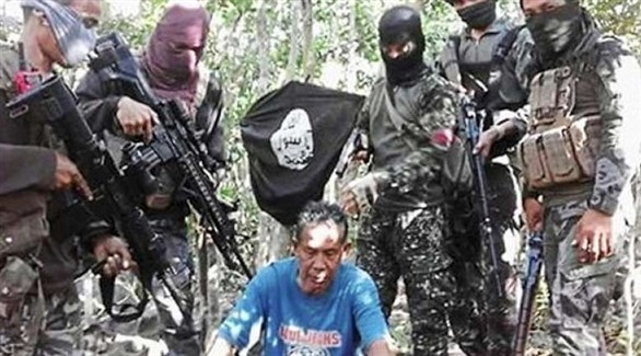 عناصر أبوسياف تعرض أحد الرهائن (أرشيف)