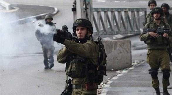 جندي إسرائيلي يطلق النار على متظاهرين في الضفة الغربية (أرشيف)
