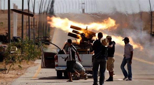 مسلحون من إحدى الميليشيات في طرابلس يطلقون قذيفة في مواجهات سابقة (أرشيف)