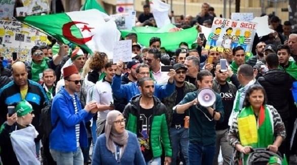 جزائريون يحتجون ضد نظام بلادهم في فرنسا (أ ف ب)