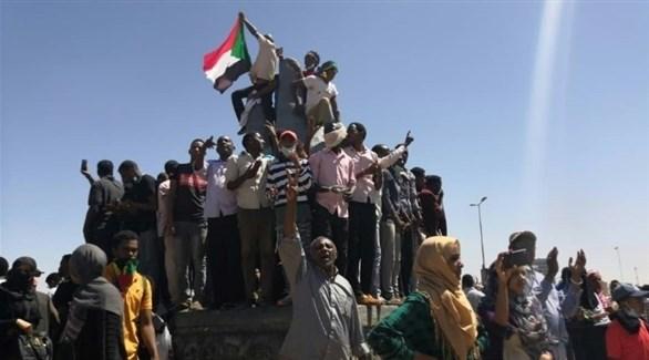 متظاهرون سودانيون خارج مقر الجيش في الخرطوم(أ ف ب)