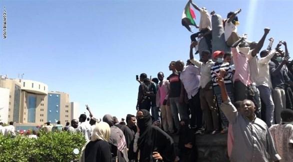 محتجون سودانيون أمام قيادة الجيش في العاصمة الخرطوم (أرشيف)