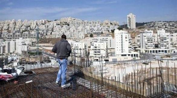 عامل بناء أمام مستوطنات إسرائيلية في محيط القدس (أرشيف)
