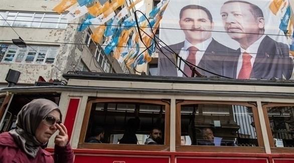 صورة للرئيس التركي أردوغان معلقة في أحد شوارع إسطنبول (إ ب أ)