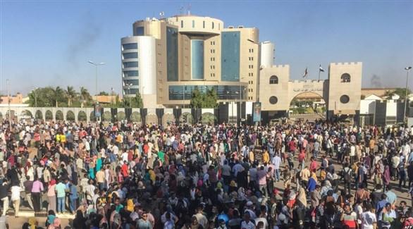 سودانيون يعتصمون أمام مقر قيادة القوات المسلحة (تويتر)