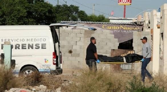 موظفان في الطب الشرعي المكسيكي ينقلان جثة (أرشيف)