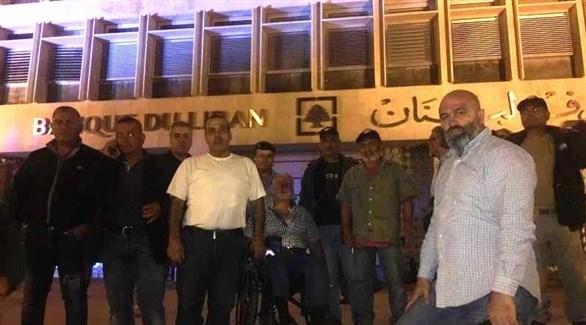 عسكريون متقاعدون أمام مدخل مصرف لبنان وسط بيروت (الوكالة الوطنية)